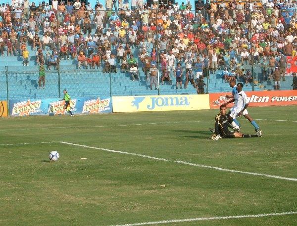 PRECISO. Hurtado puso el toque para poner el 2-2 momentáneo, que al final no serviría de mucho (Foto: Abelardo Delgado / DeChalaca.com)