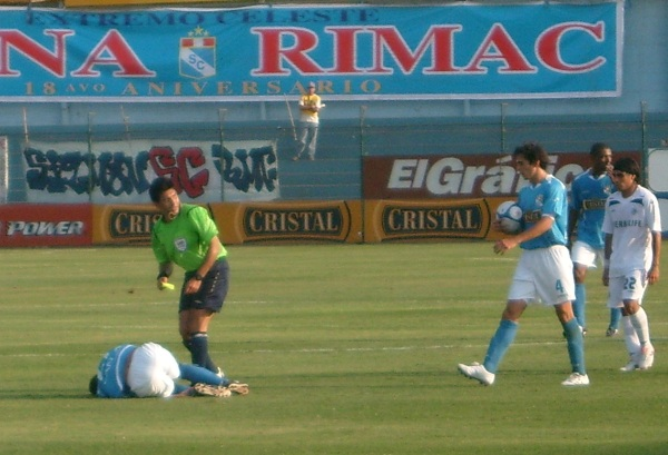PARECE QUE ASÍ ANDAN. Como Lobatón ante la genuflexión del árbitro Pacheco, Cristal está caído (Foto: Abelardo Delgado / DeChalaca.com)