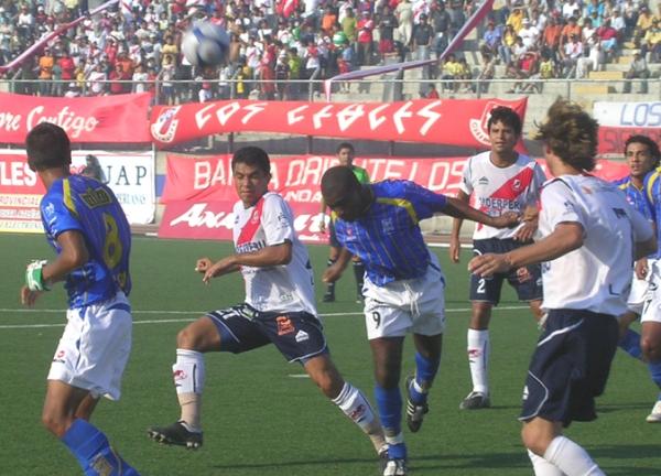 ENFOCADO. Farfán jugó como punta de lanza. Acá disputa por arriba con Ronceros (Foto: Diario de Chimbote)