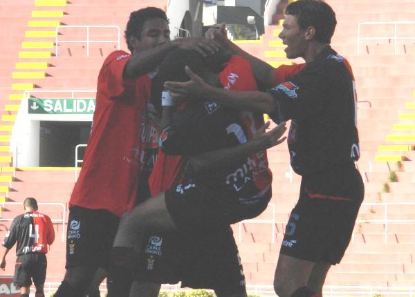 DOS CABEZAZOS EN EL ÁREA SON GOL. Tras pivoteo de Pereyra, Arismendi puso el segundo. Acá festejan abrazados (Foto: Prensa FBC Melgar)