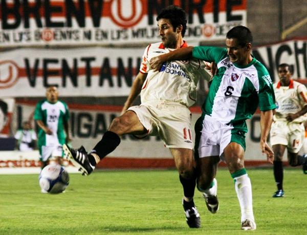 La imagen, con Gianfranco Labarthe y Hugo Castillo, es un reflejo de lo que fue el debut de Luis Cubilla al mando de CNI en 2009, cuando los de Iquitos cayeron por 2-0 contra la 'U' (Foto: Archivo DeChalaca.com)