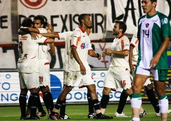 Juan Manuel Perillo celebra con Rodolfo Espinoza el segundo gol de la 'U' ante CNI, en cotejo que los cremas ganaron por 2-0 en el Descentralizado 2009 (Foto: archivo / DeChalaca.com)
