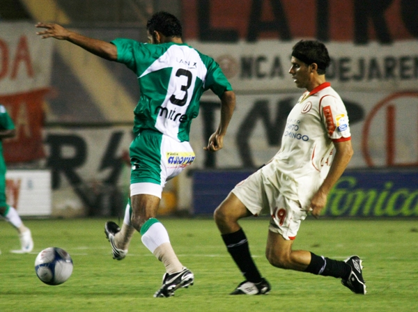 AMPAY, CALAVERA. 'Magaly' Ramos se anticipa a Orejuela. El atacante no pudo cumplir su sueño infantil de anotarle a CNI (Foto: Andrés Durand / DeChalaca.com)