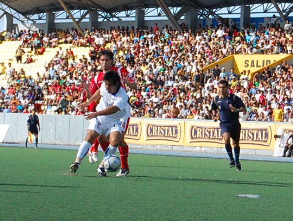 SE ENREDA SOLO. Portillo buscó el gol en el primer tiempo, pero no se encontró ni a sí mismo. El argentino está de malas (Foto: cnideiquitos.com)