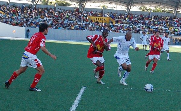 TODO UN GUERRERO. El '20' iquiteño luchó contra la muralla roja, pero entre Duffoó y Herrera lo controlaron bien (Foto: cnideiquitos.com)
