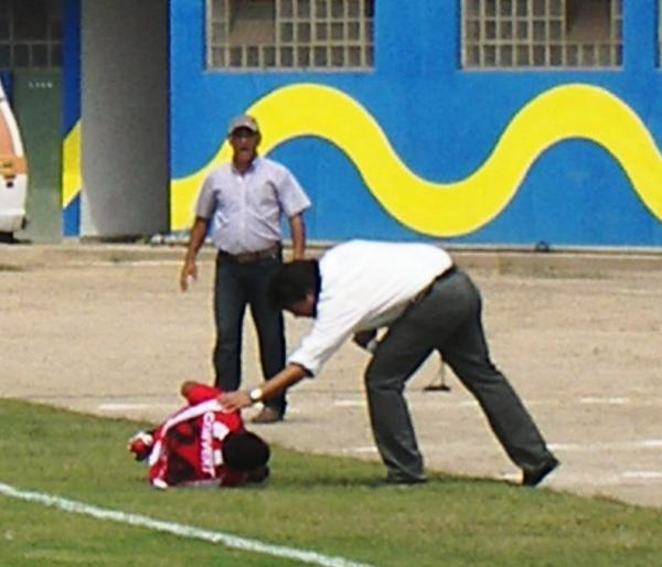 ENTIENDO TU DOLOR. El 'Chino' trata de ayudar a Uribe, que al igual que el estratega santo tuvo su propio dolor (Foto: Abelardo Delgado / DeChalaca.com)