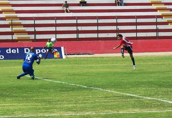 TREMENDO CAÑONAZO. Muñoz le remata cruzado a Flores, pero el balón saldría por encima del arco (Foto: Abelardo Delgado / DeChalaca.com)