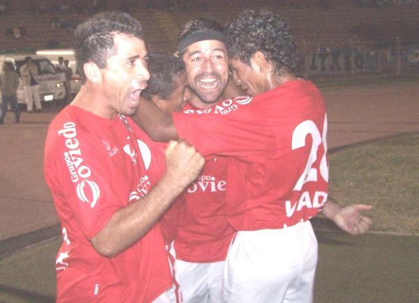 GRITALO, PUNTERO. Ibarra ya marcó y Chiroque con Hurtado lo abrazan. Fue un partido ganado en equipo que permite mantener la punta en Chiclayo (Foto: diario La Industria de Chiclayo)