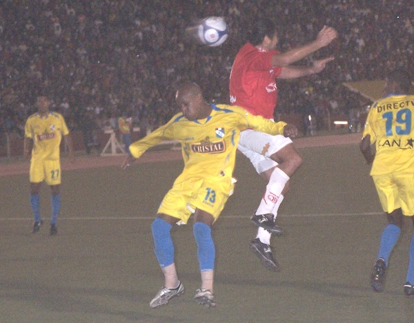 DOSCIENTOS Y MUCHOS. Ibarra le ganó el vivo a Reyes y sigue sumando más goles a su histórica cuenta (Foto: diario La Industria de Chiclayo)
