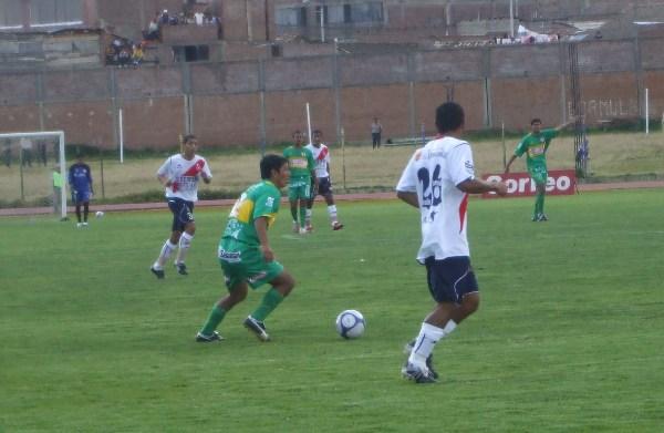 RANAS Y NO PESCADOS. Huertas controla el balón ante la mirada de Renzo Guevara. Gálvez no pudo ver el rumbo en el estadio Huancayo (Foto: diario Primicia de Huancayo)