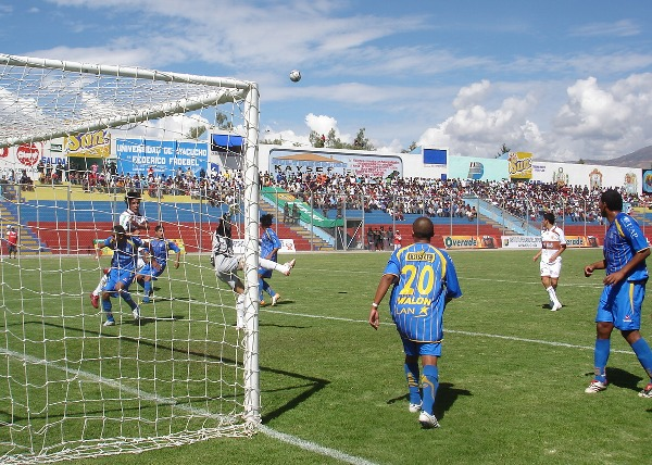 EL ACROBÁTICO LANZ. El golero argentino se exigió oportunamente en el primer tiempo, pero en el segundo no pudo evitar la caída churre (Foto: Ciro Madueño)