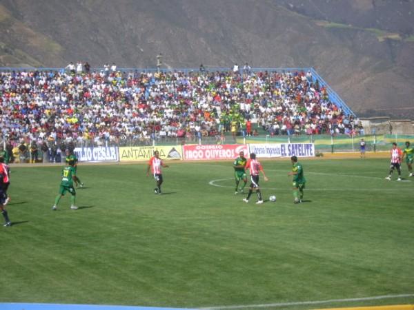 VAMOS AMENAZA. El estadio lució colorido pero Áncash no pudó devolver la alegría. Por ahora, la amenaza suscita con el descenso (Foto: Julian Osorio Sánchez)