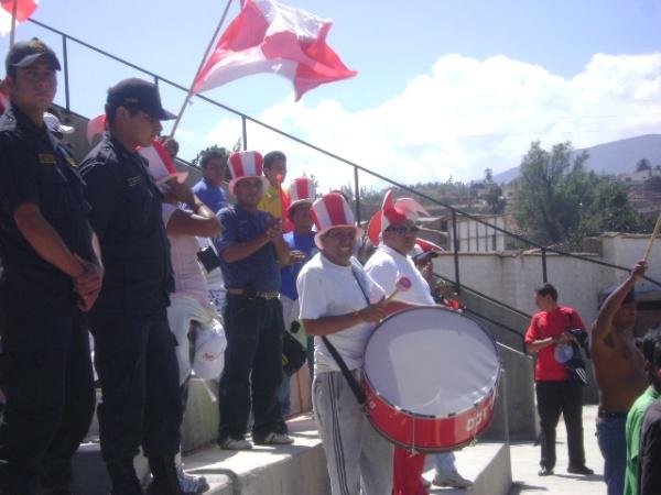 CUSTODIADOS. Hasta Caraz llegaron algunso hinchas rojiblancos. Eso sí, bien observados por las fuerzas del ordén (Foto: Julian Osorio Sánchez)