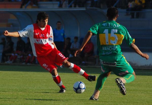 TOCADOR. El paraguayo Gamarra sigue tejiendo los hilos de la escuadra escarlata. Hoy se fue reemplazado en el complemento por el juvenil Rojas (Foto: Radio Uno de Tacna)
