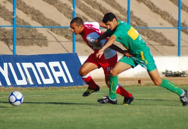 ARIETE. Barros fue titular como punta de lanza. Acá arremete marcado por Torales (Foto: Radio Uno de Tacna)