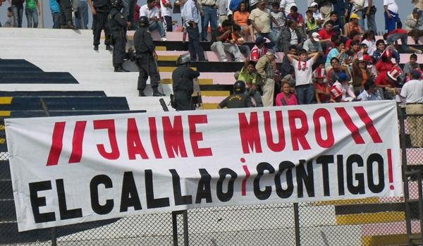 UN MURO DE APOYO. Extraña banderola respaldando la titularidad Jaime Muro en el arco del Chalaco. Bueno, si la otra opción es 'Chiquito', no se les puede reclamar mucho (Foto:Abelardo Delgado / DeChalaca.com)