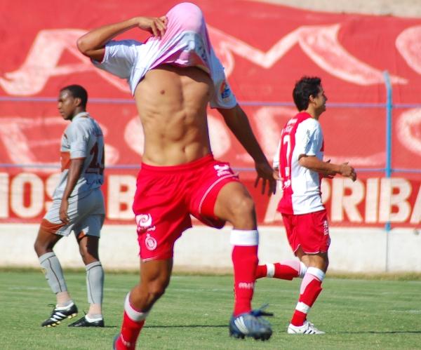 NOSOTROS SÍ SOMOS COMO LOS OROZCO. Pierre Orozco, el ex goleador de América Cochahuayco, celebró sus primeros dos goles con camiseta escarlata (Foto: Radio Uno de Tacna)
