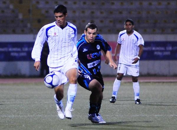 Kerwin Peixoto supera a Antonio Meza Cuadra en el Vallejo 0 - Alianza Atlético 0 de 2009. (Foto: diario La Industria de Trujillo)