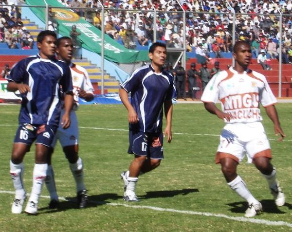 Inti Gas y Gálvez (aquella vez se prestó camisetas de un equipo ayacuchano) disputan en Ayacucho por el Descentralizado 2009. El local ganó por 1-0 (Foto: Ciero Madueño)