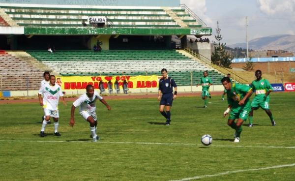 El paraguayo Sixto Santacruz se perfila para vencer las redes de Sport Áncash. La imagen corresponde al Descentralizado 2009, la vez en que Sport Huancayo derrotó a la 'Amenaza Verde' por 3-0 (Foto: diario Primicia de Huancayo)