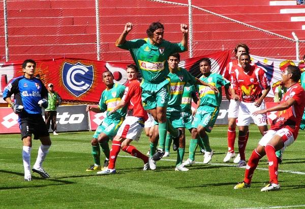 FECHA 21. Tarde nefasta para los rojos. Sufrieron un duro revés ante Sport Huancayo por 0-3. Antes de este encuentro, Cienciano no había sido goleado en casa desde 1977 (Foto: Diario del Cusco)