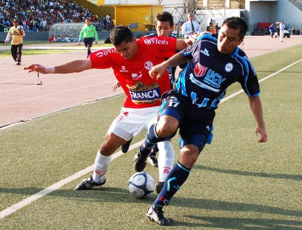 Jesús Álvarez y Tenchy Ugaz disputan el balón en el único 3-3 entre Vallejo y Aurich. (Foto: Diario La Industria de Trujillo)
