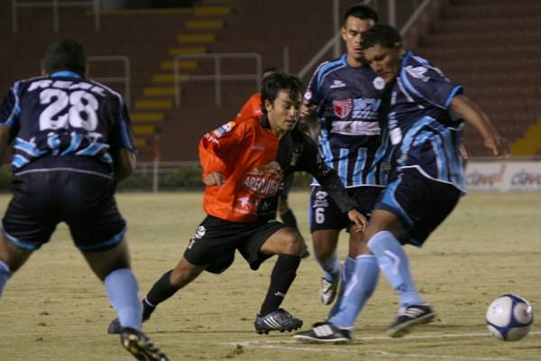 Robert Ardiles se le escapa a Lee Andonaire en el anterior empate a un gol entre Melgar y la Vallejo en Arequipa (Foto: Diario El Pueblo de Arequipa)