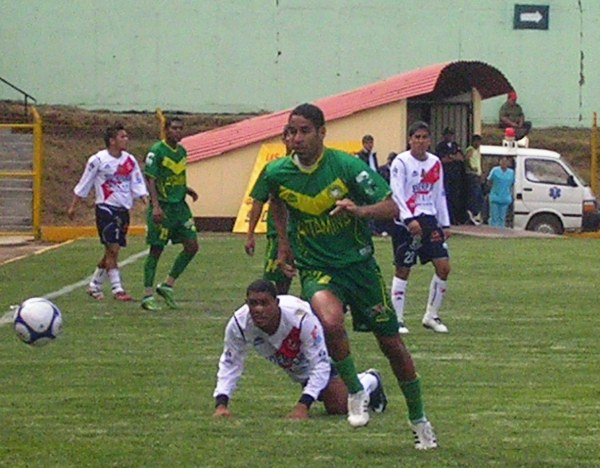 FECHA 31. Martínez sale limpio del fondo ante Gálvez. El clásico ancashino fue para la 'Amenaza' en el debut en Recuay (Foto: Diario de Chimbote)