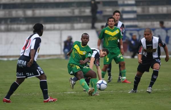 Juan Carlos Portilla con camiseta de Sport Áncash, ni más ni menos que ante Alianza Lima. (Foto: archivo DeChalaca.com)