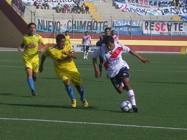 Ángelo Cruzado en acción en el Gálvez 3 - Cristal 1 del Descentralizado 2009. (Foto: Diario de Chimbote)
