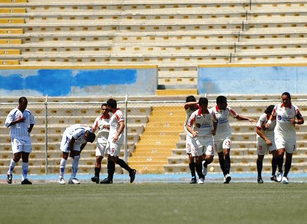 Un gol de Rainer Torres a los seis minutos le dio a Universitario un valioso triunfo sobre Alianza Atlético en Piura por las Series de 2009 (Foto: diario El Tiempo de Piura)