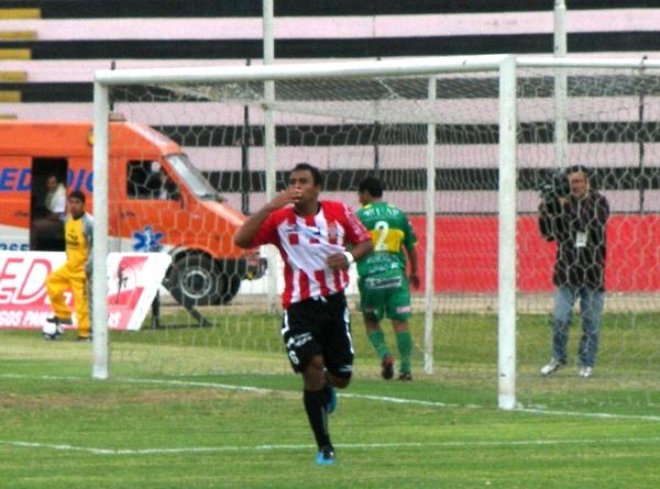 FECHA 37. Celebración de Donny Neyra luego de su magnífica definición ante Sport Huancayo, en el 5-1 que significó la mayor de todas las goleadas hechas por los porteños a lo largo de 2009 (Foto: Abelardo Delgado / DeChalaca.com)