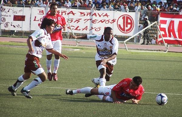 ¡MACHITO, HAZ ALGO! Ascoy es derribado por Tenemás. Gómez pide ayuda, pero no se acerca (Foto: diario La Industria de Chiclayo)
