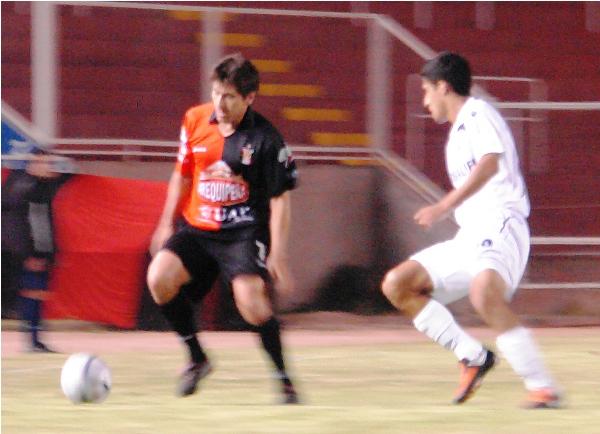 LA ARRIMÉ. Yáñez intenta dominar ante Ballón. Melgar tuvo un panorama difuso (Foto: diario El Pueblo de Arequipa)