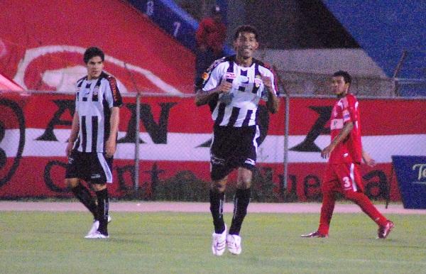 CARTA DE GOL. Carty en la delantera es sinónimo de gol. Sólo bastaron 15 minutos para que el 'Avestruz' marcara y bailara (Foto: Radio Uno de Tacna)