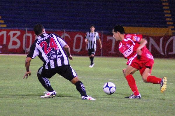 ESE NO PASA. Uribe se prepara para atacar a su víctima. El 'Diamantito' se fue expulsado muy rápido (Foto: Radio Uno de Tacna)
