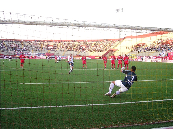 PENA MÁXIMA. Cobelli pudo meter el segundo, pero el esférico chocó en el larguero (Foto: Diario de Chimbote)