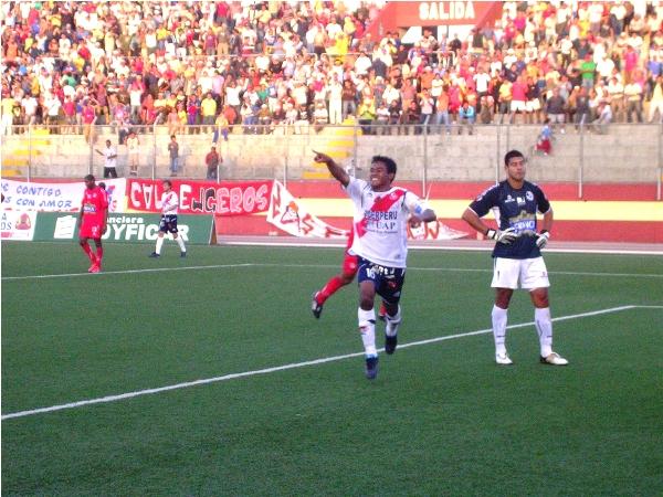 YA NO ES NOVEDAD. Vásquez volvió a marcar y esta vez Gálvez si ganó. La zurda del defensor, aparte de despejar, también rentabiliza en anotaciones (Foto: Diario de Chimbote)