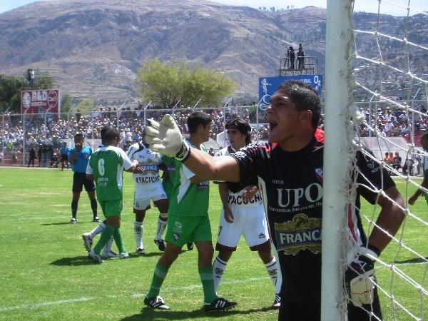 SI ERES LOCO, SOLO UN POCO. El 'Loco' Hernández 'guapea' a su defensa. Los nervios se pagaron caro en Ayacucho (Foto: Ciro Madueño)
