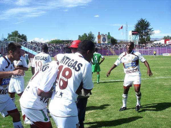ABRAZO VICTORIOSO. Tragodara marcó el segundo e hizo estallar Ayacucho. Benavides lo abraza y Penalillo avanza para seguirlo (Foto: Ciro Madueño)