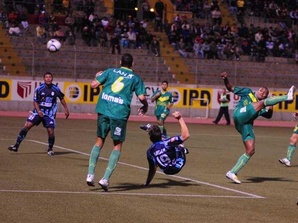 NO SERÍA CON TIJERA. El goleador vallejiano lo intenta en forma vistosa, pero su gol llegaría mediante cabezazo (Foto: diario La Industria de Trujillo)