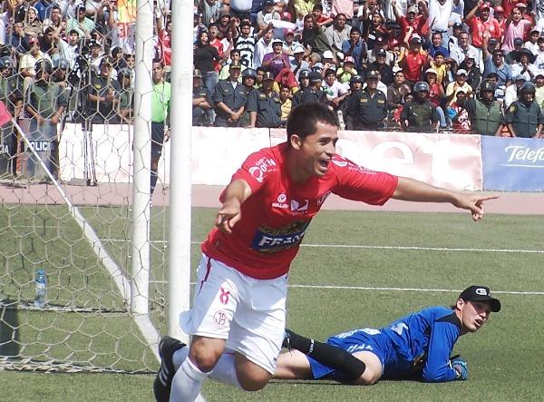 BURRO QUE BARRE. Ascoy grita su gol en el arco de Forsyth para sellar el 2-1 (Foto: diario La Industria de Chiclayo)