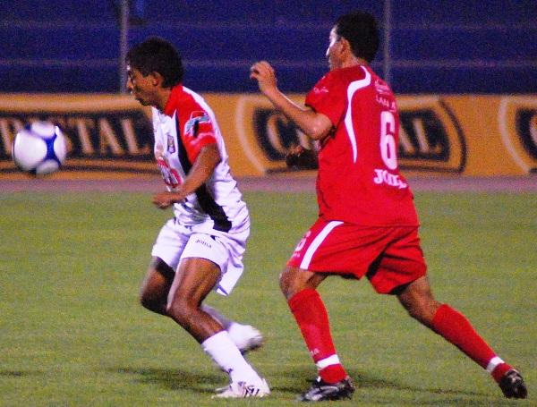 PATOS EN FUGA. Salas rehúye la marca de Campos y se lanza al ataque. Melgar gozó de oportunidades en el complemento (Foto: Radio Uno de Tacna)