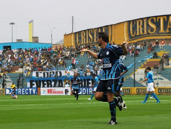 VUELA CON RUMBO. Demus marca el segundo y avisa que Vallejo puede llegar a la Sudamericana (Foto: Abelardo Delgado / DeChalaca.com)