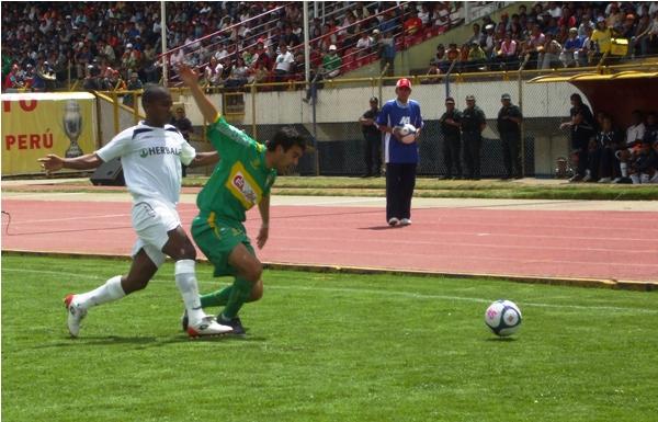 O YO O NINGUNO. Reyes bloquea a Blas López cuando buscaba el balón. En Huancayo hubo harta fricción (Foto: diario Primicia de Huancayo)