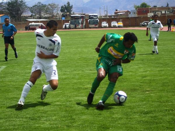 CAZA SU PRESA. Barrios cubre el balón ante Huamán. El 'Chino' estuvo ofuscado y al final fue expulsado (Foto: diario Primicia de Huancayo)