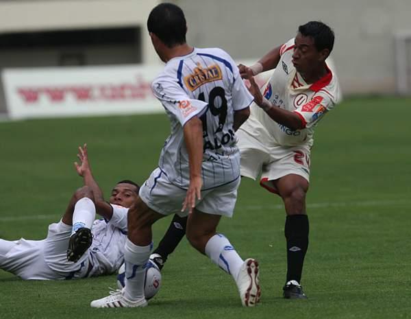 Solano, como jugador, en acción en la goleada 4-0 de Universitario sobre Alianza Atlético en 2009. (Foto: cristal.com.pe)