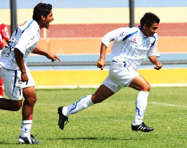 CORRE, GOLEADOR. Maraude también marcó el segundo. El cabezazo entró, y el argentino corre con Aponte para el festejo de todo el estadio La Unión (Foto: diario La Hora de Piura)
