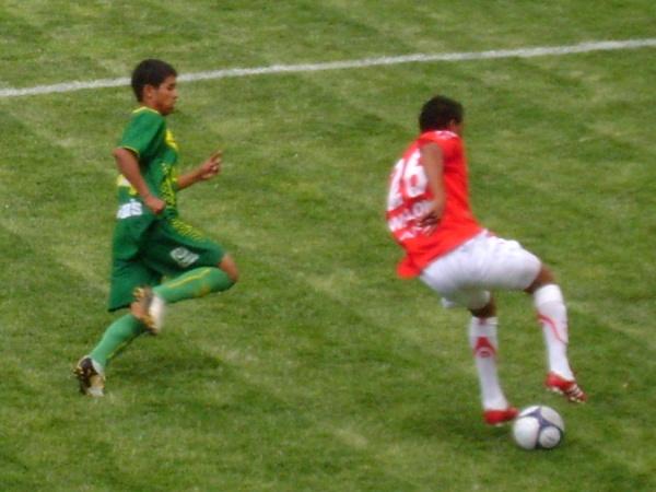 SUEÑO ROBADO. Hurtado se escapa marcado por Giral. El ex aliancista jugó como volante ofensivo y sufrió la derrota de su equipo (Foto: Julián Osorio Sánchez)