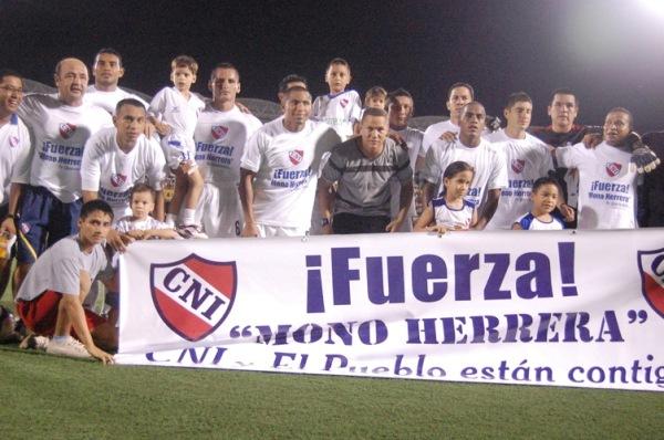 FUERZA, MONÓN. El plantel loretano salió al campo con una banderola en respaldo a José 'Monón' Herrera, afectado por una lesión (Foto: Fernando Herrera)